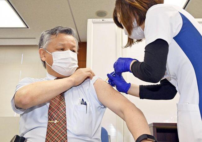 新型コロナウイルス感染症の県内1例目のワクチン接種を受ける、高知西病院の山田光俊院長(高知市神田)