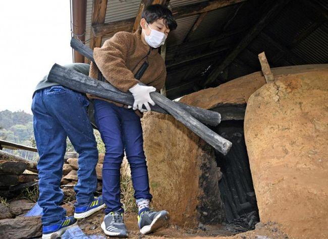 炭を窯出しする児童(本山町上関)