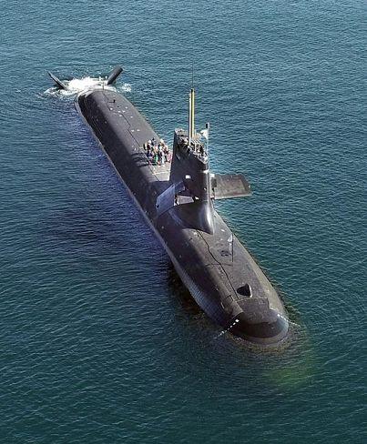高知新港沖に停泊する「そうりゅう」。事故の衝撃で艦体上部の一部が折れ曲がっていた