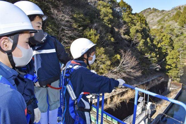 丸塚池の耐震工事現場を見学する芸西中生ら(芸西村馬ノ上)