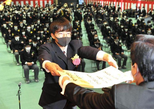 卒業証書を受け取る3年生(高知市北中山の土佐塾高校)