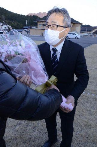 4選を果たし、花束を受け取る池田三男氏(津野町永野)