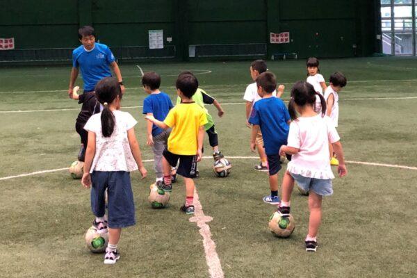 ドリブルに挑戦!|高知市の東部総合運動場で「キッズフットボールDAY」