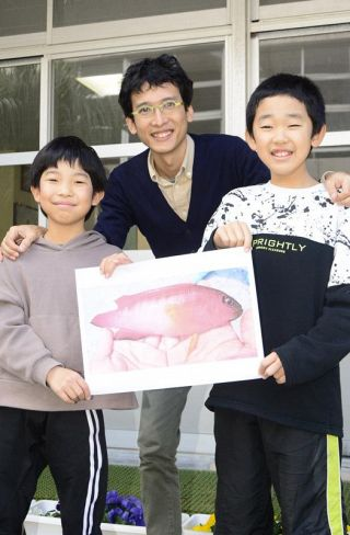 四国で初めてメギスを確認した3人。左から西川璃久人君、小枝圭太さん、増本奏太君(宿毛市沖の島町母島の沖の島小学校)
