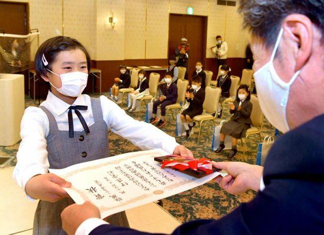 こども県展賞の児童生徒らに賞状が贈られた「第71回こども県展」表彰式(高知市高須砂地のセリーズ)