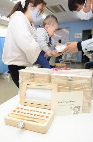 2020 年度の新生児に宿毛市から贈られる木製のスプーンと乳歯入れ(宿毛市高砂の宿毛市総合社会福祉センター)