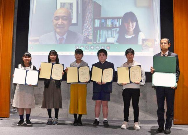 植物図コンクールの受賞者ら。松下千華さん=右上=はリモート出席した(県立牧野植物園)