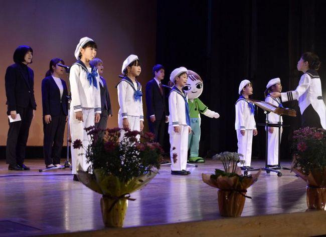 30 周年記念演奏会で歌声を披露する「安芸児童合唱団はまゆう」のメンバー(安芸市矢ノ丸 3 丁目の市民会館)
