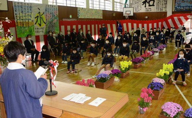 児童が別れの言葉を述べた閉校式(宿毛市の松田川小学校)