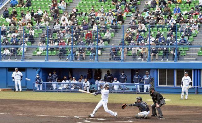 今年初の有観客となったプレシーズンマッチ「西武―ロッテ」(高知市の春野球場)