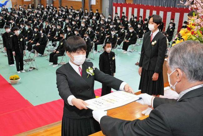 卒業証書を受け取る3年生(高知市介良乙の介良中学校)
