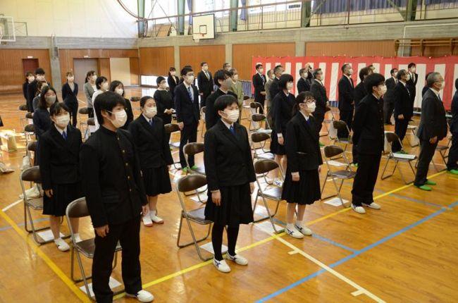 校歌を斉唱して名残を惜しんだ上ノ加江中学校の生徒ら(中土佐町の同校)