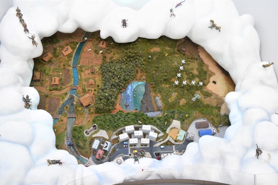 こちらは「現代」を描いたジオラマ。神様の目線から、街並みを見下すことができます。一つ一つの土や草木も全て手作業で作られています