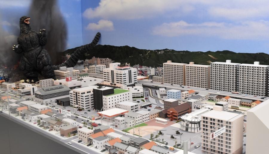 ゴジラに襲われる南国市の街。1/150 のサイズで表現されています。