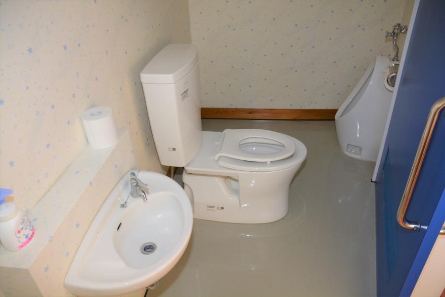 トイレには子ども用の便座、小便器があります