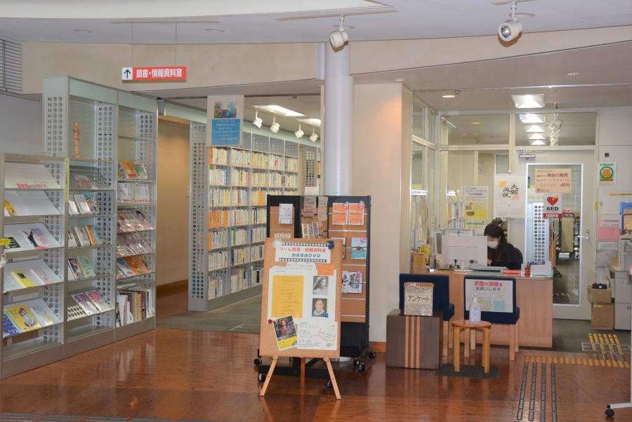 1階の図書・情報資料室横の受け付けで、利用申請します