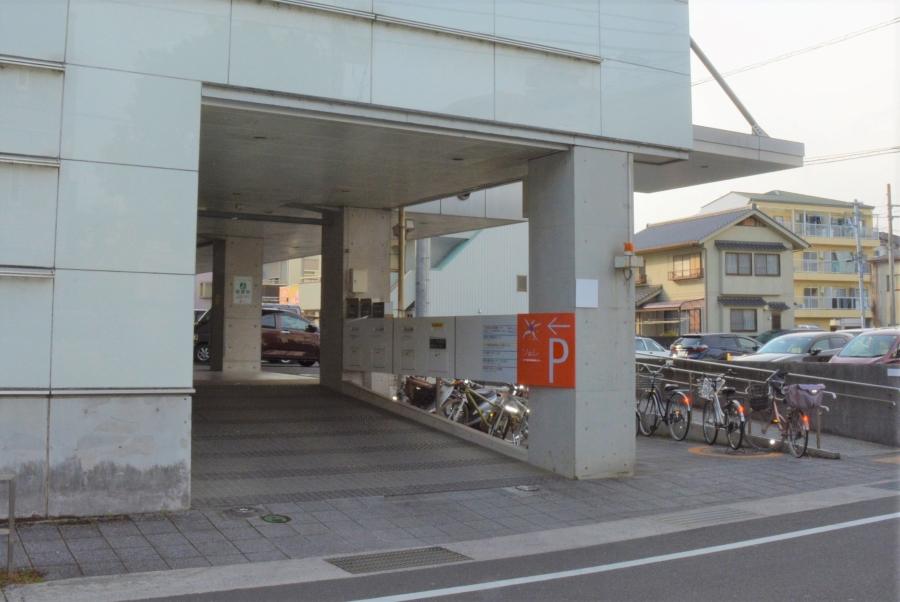 入り口は建物の北側