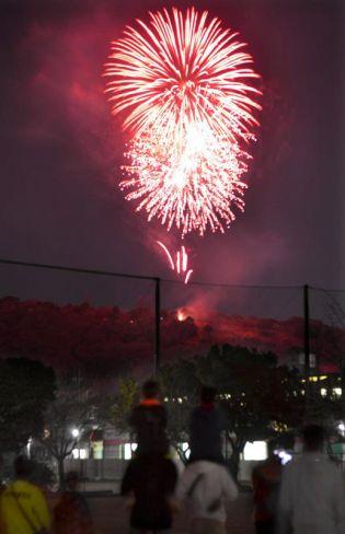 子どもたちが見守る中、380発の花火が上がった(高知市高見町の潮江南小)
