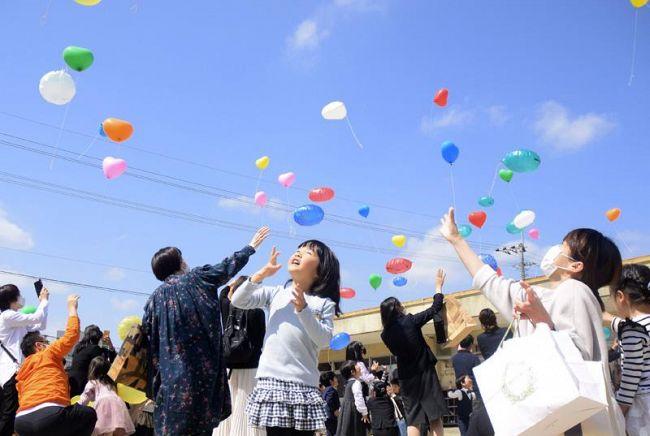 保育所への感謝を込め、風船を空へ放つ園児ら(四万十市のもみじ保育所)