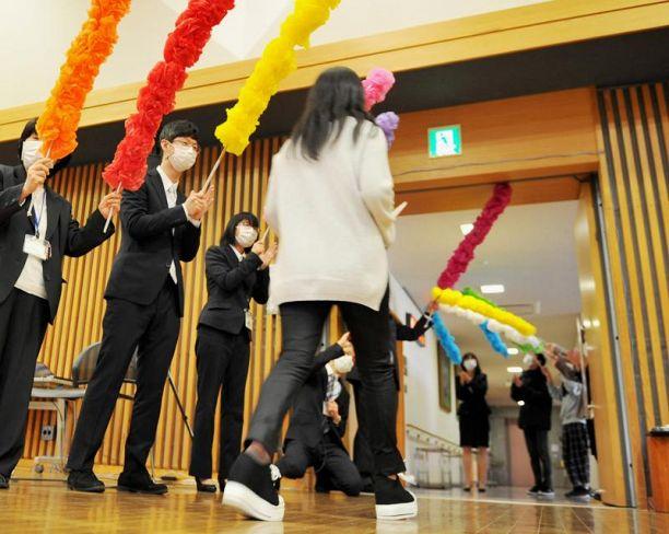 職員のアーチをくぐり新たな一歩を踏み出す中3生(高知市桟橋通2丁目)