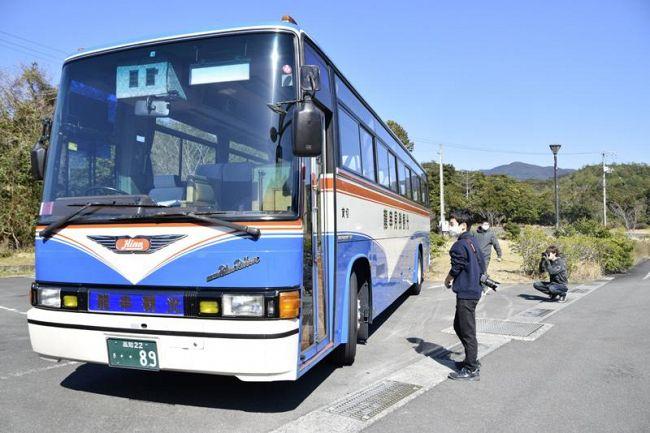 お目当ての車体をめでるバス愛好家たち(土佐清水市三崎の道の駅「めじかの里土佐清水」)