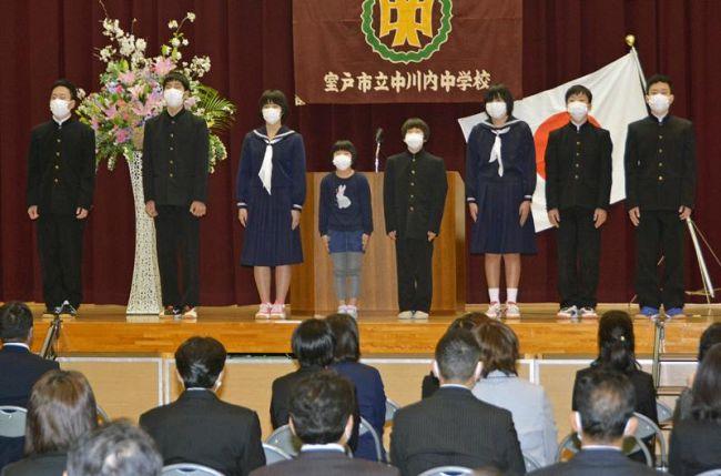 閉校式に臨んだ児童生徒(室戸市の中川内小中学校)