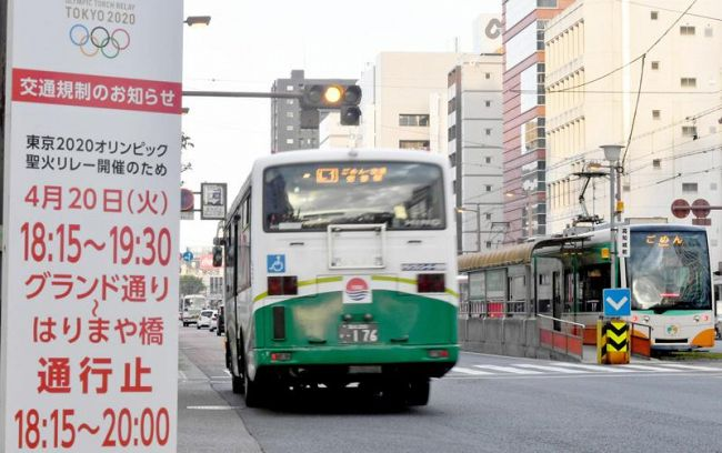 20日の聖火リレーで全面通行止めになる電車通り。規制区間内ではバス、電車も運休する(高知市本町3丁目)