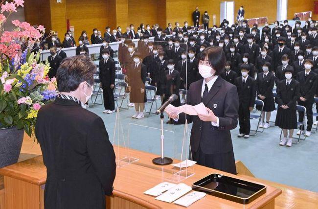 高知国際高1期生を代表し宣誓する細川はるかさん(高知市鴨部2丁目)