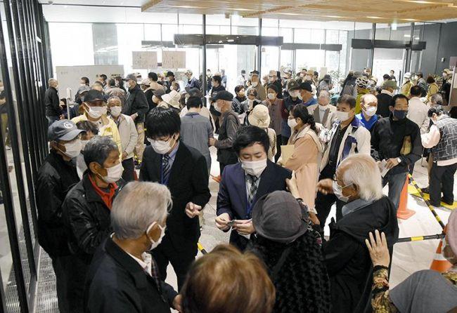 ワクチンの接種予約に来た高齢者であふれ返った高知市役所のロビー(23日午前9時ごろ)