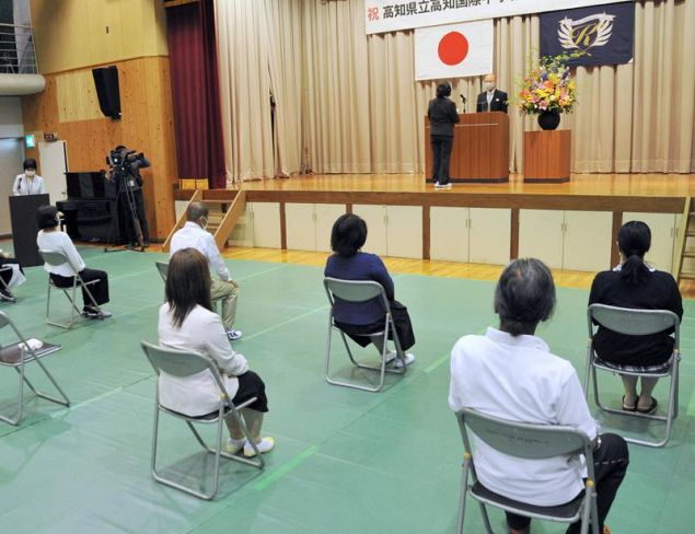 1期生10人が学び直しをする夜間中学の入学式(高知市新本町2丁目)