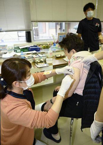 新型コロナワクチンの接種を受ける住民(土佐町田井の早明浦病院)