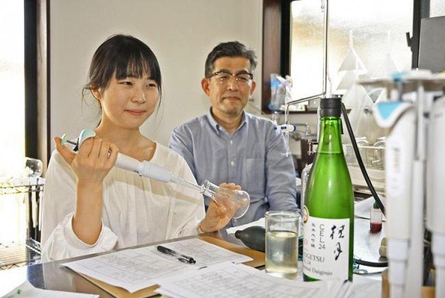 微生物研究に意欲を示す小野賢司さん(右)と白髪真歩さん=土佐町田井の土佐酒造