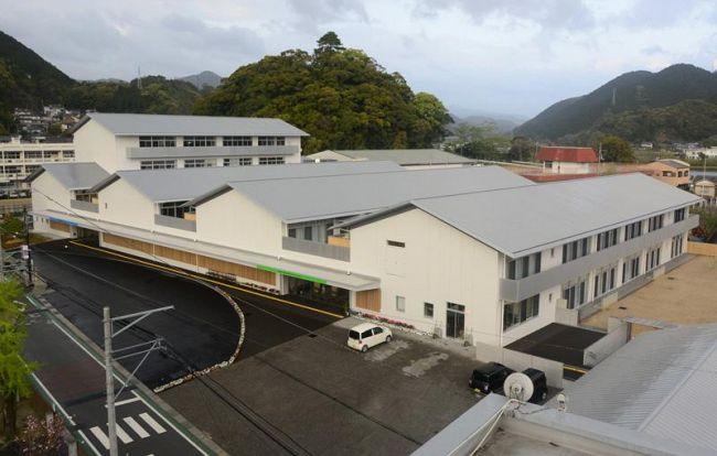 PFI方式で建設された宿毛小、宿毛中の合築校舎(宿毛市桜町)