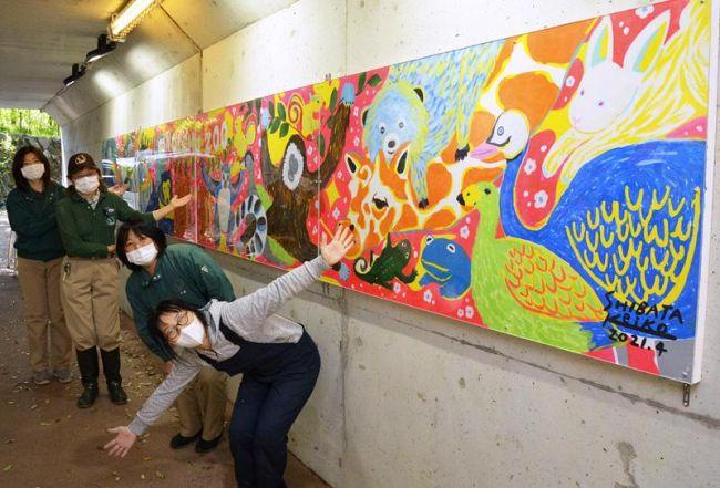 柴田ケイコさん=手前=が制作したイラストパネル(香南市の県立のいち動物公園)