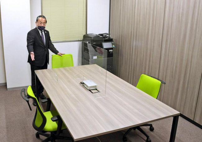 完成したシェアオフィスを紹介する岡村憲男社長(高知市帯屋町2丁目)