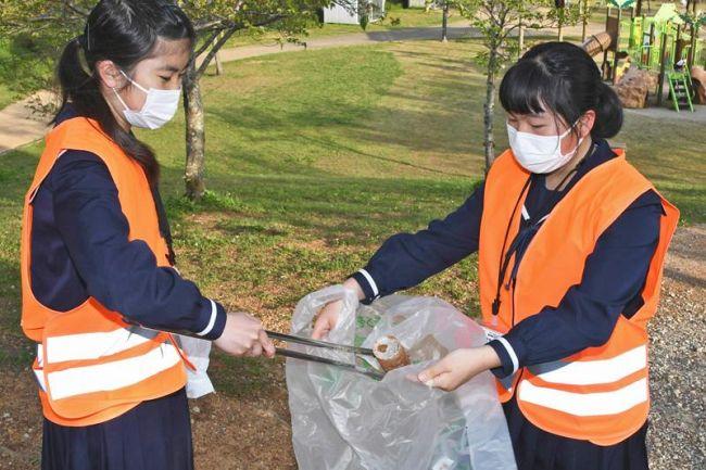 沖田公園を清掃する中学生(高知市朝倉甲)