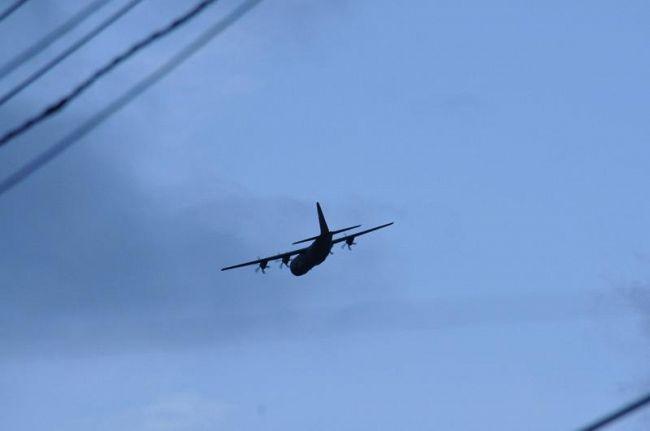 須崎市の市街地上空を北東に向かって飛ぶ米軍の輸送機とみられる機体(2020年8月27日午後6時20分ごろ、須崎市緑町)