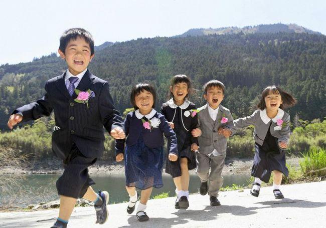 今日から学校頑張るぞ―。元気いっぱいに入学した大川小学校の新入生5人(大川村小松=山下正晃撮影)