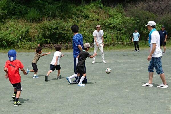 親子でドリブル対決だ!|高知市土佐山運動広場で「ふれあいサッカー体験DAY」