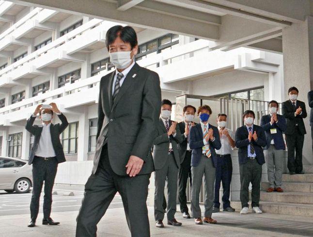 職員の拍手に送られる岩城孝章副知事(県庁)