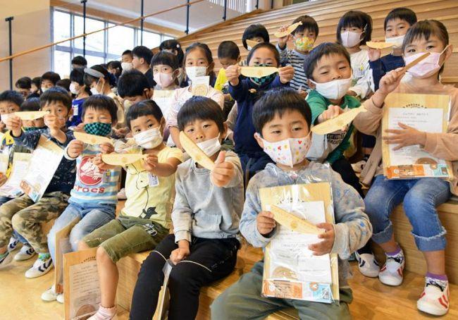 木製の文房具を受け取った児童(土佐清水市幸町の清水小学校)
