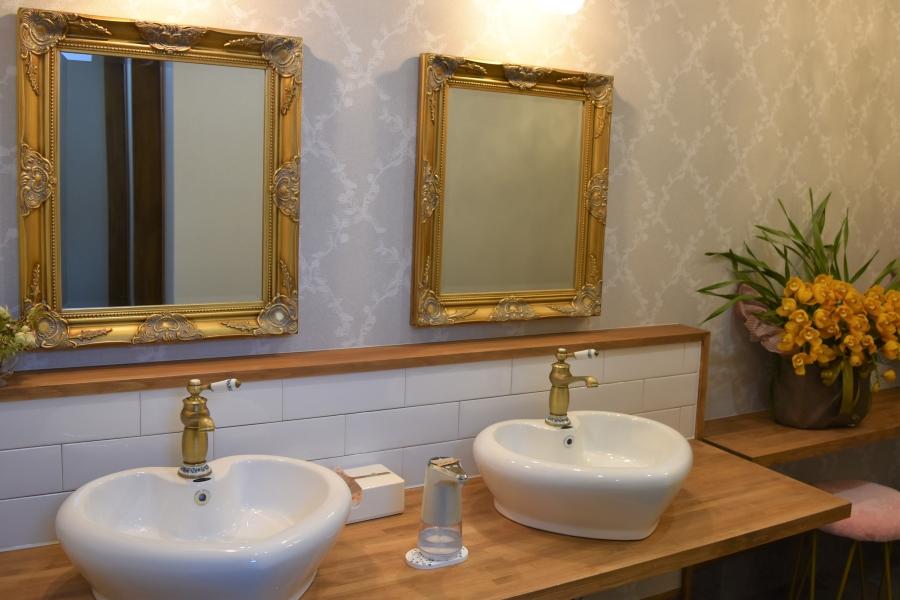 スタッフ一押しのトイレ。手洗い場がハート型です