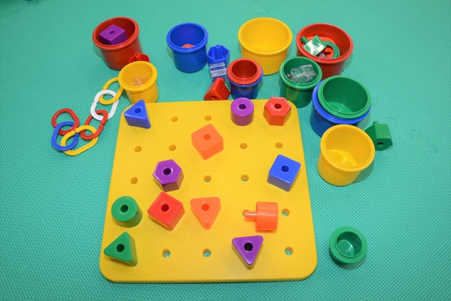 型はめをしたり、カップに入れたり、いろいろな使い方ができるおもちゃを選びましょう