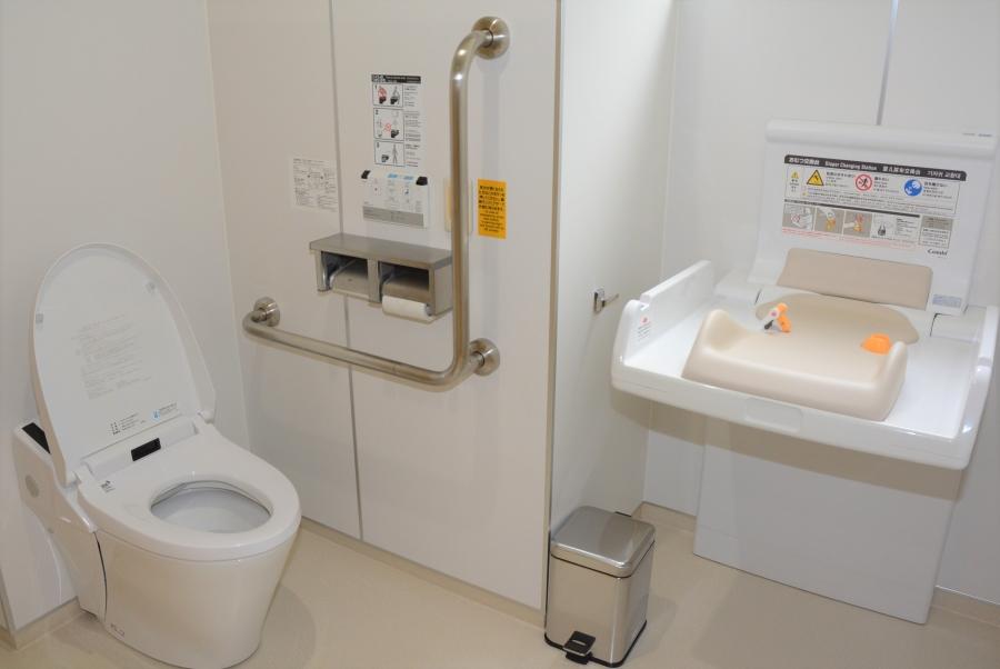 女性トイレの奥でもおむつ替えができます
