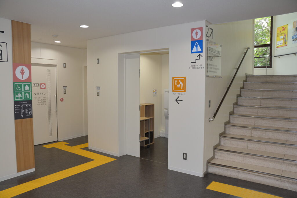 トイレとベビールームは1階の階段横