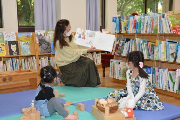 【つむサポ講座】高知こどもの図書館で「くすくすひろば」|絵本の読み聞かせ、手遊びを楽しみます