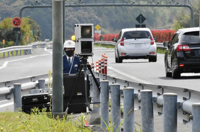 高知県警が高速道路で初めて使用した移動式オービス(8日午後2時40分ごろ、高知自動車道の土佐パーキングエリア付近)