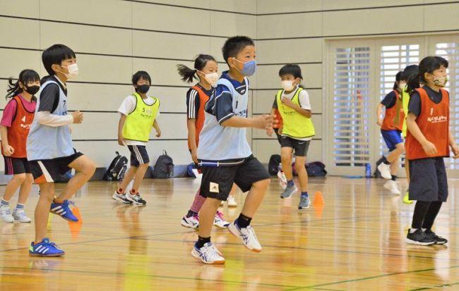 速く走るためのトレーニングに励むキッズたち(香南市の県青少年センター)