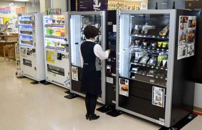 搭乗待合室にお目見えした、土産物や農産物の自動販売機(手前)。売れ筋商品を取りそろえている(写真はいずれも高知龍馬空港)