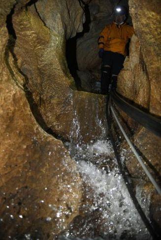 水が勢いよく滑り落ち、水しぶきを上げる滝(香美市の龍河洞)